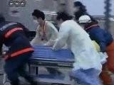 Japanse Reddingswerkers Bevrijden Oma En Kleinzoon